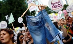 Κωνσταντινούπολη: Στους δρόμους οι γυναίκες με σύνθημα «μην ασχολείσαι με το ντύσιμό μου»