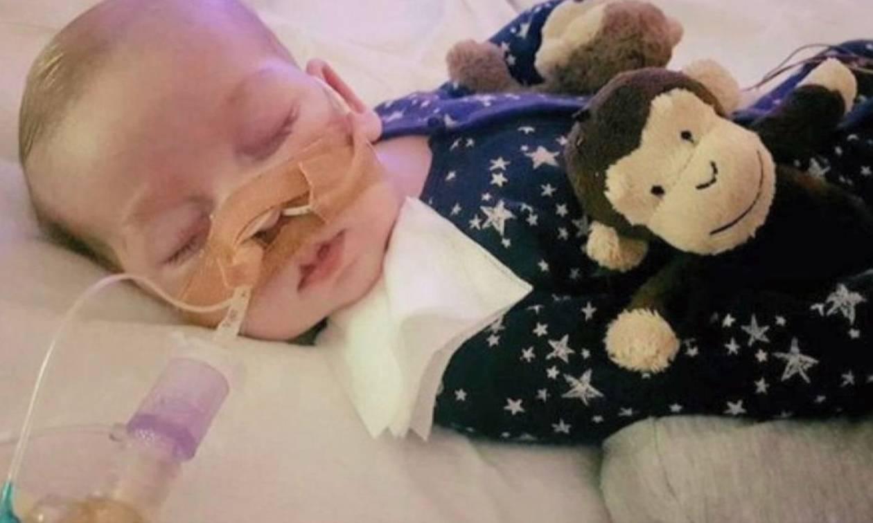 Ο μικρός Τσάρλι θα ταφεί «αγκαλιά» με τις αγαπημένες μαϊμουδίτσες του