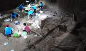 Συγκλονιστική ανακάλυψη: Οι ανασκαφές έφεραν στο φως αρχαία βασιλική «λιμουζίνα» (Pics)