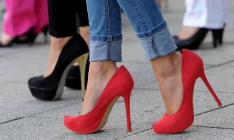 Οι επιστήμονες προειδοποιούν: Μην υποχρεώνετε τις γυναίκες να φοράνε τακούνια στη δουλειά