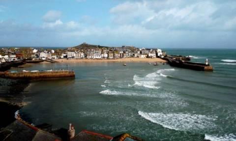 Βρετανία: Έπιασαν τον μεγαλύτερο μπλε καρχαρία στις ακτές της Κορνουάλης! (pics)