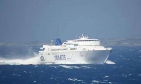 Συγκλονιστικό βίντεο: Η μάχη του «Paros Jet» με τα κύματα