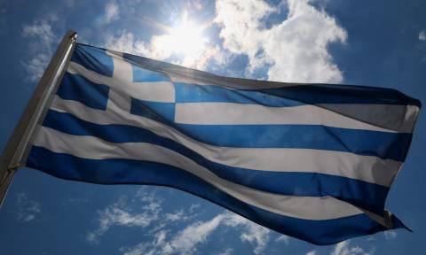 Απίστευτο: Η κυβέρνηση καταργεί την έπαρση της ελληνικής σημαίας και τον εθνικό ύμνο στα σχολεία!