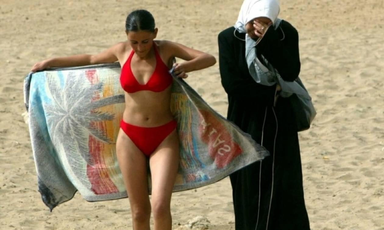 Η επανάσταση του μπικίνι  Χιλιάδες γυναίκες αψηφούν τις απειλές των  υπερσυντηρητικών μουσουλμάνων 1ceb5570f19