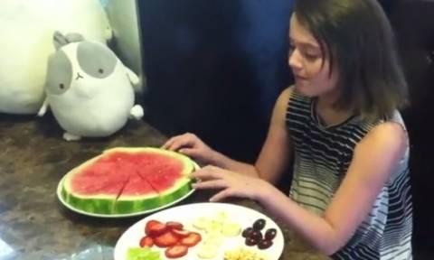 Πήρε ένα καρπούζι και το έκανε... πίτσα! Θα το κάνετε αμέσως κι εσείς... (Video)