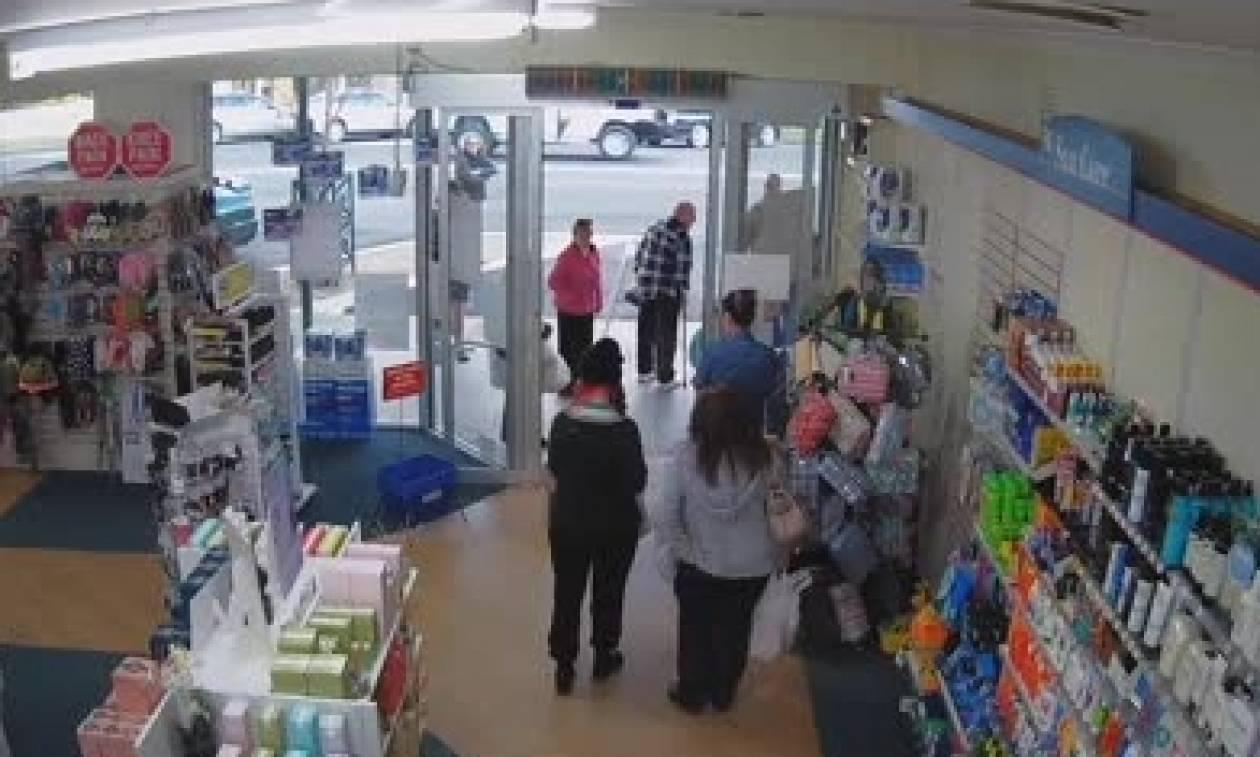Πήγαν στο φαρμακείο για φάρμακα και έπαθαν σοκ όταν είδαν να μπαίνει μέσα... (video)