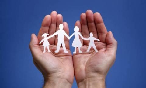 Απόλυτη ισοπέδωση: Ο ΣΥΡΙΖΑ απαιτεί τεκνοθεσίες από ομόφυλα ζευγάρια