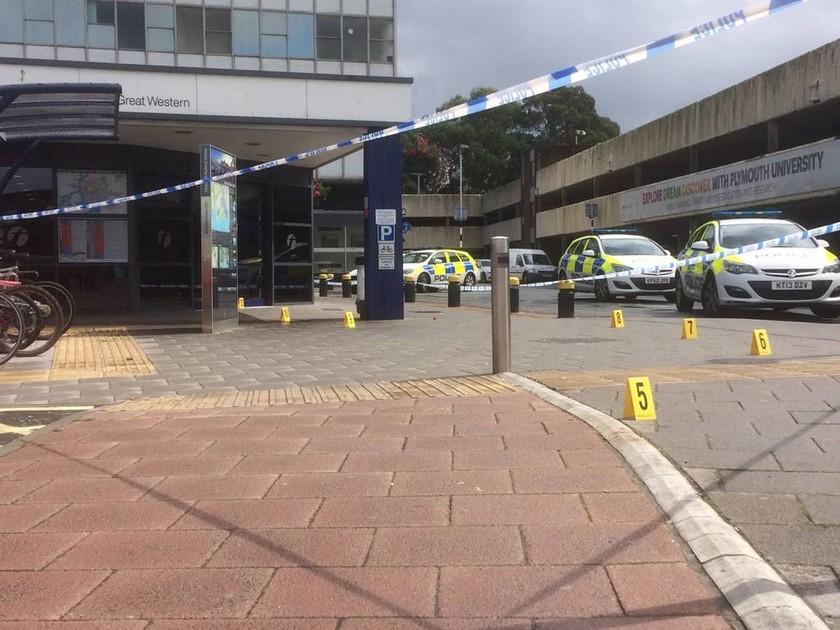 «Συναγερμός» για επίθεση με μαχαίρι σε σταθμό στη Βρετανία (pics)