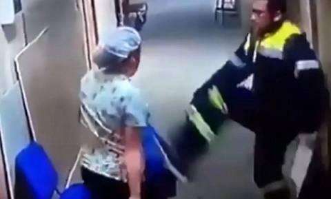Εξοργιστικό βίντεο: Τραυματιοφορέας κλωτσάει στο στομάχι έγκυο συνάδελφό του (vid)
