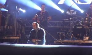 Βασίλης Καρράς: Λύγισε πάνω στην σκηνή - Το συγκινητικό του μήνυμα