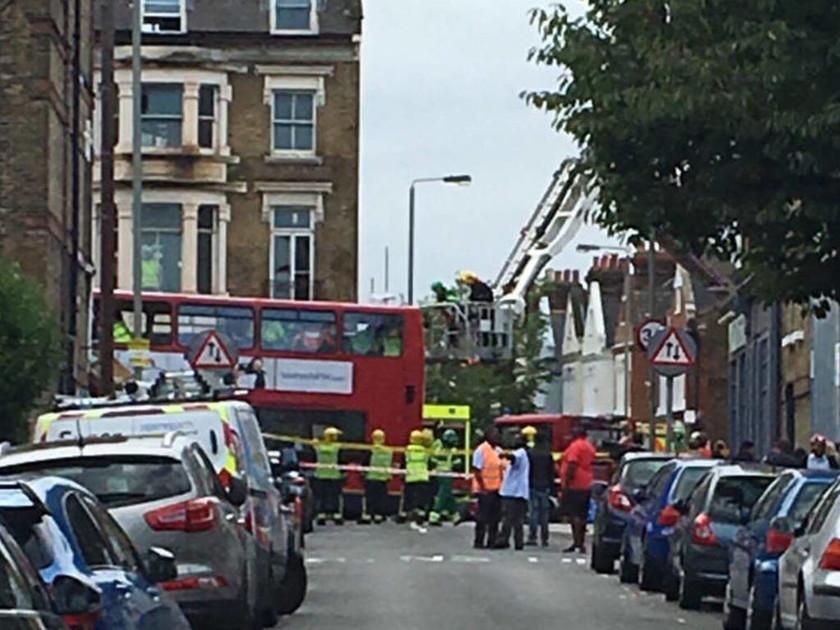 «Συναγερμός» στο Λονδίνο: Παγιδευμένοι επιβάτες σε λεωφορείο που «εισέβαλε» σε κατάστημα (pics)