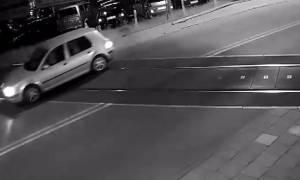 Βίντεο σοκ: Τέσσερις επιβάτες αυτοκινήτου γλίτωσαν από βέβαιο θάνατο μετά από σύγκρουση με τρένο