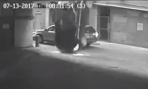 Βίντεο-Σοκ: Βουτιά «θανάτου» από επταώροφο πάρκινγκ (ΠΡΟΣΟΧΗ! ΣΚΛΗΡΕΣ ΕΙΚΟΝΕΣ)