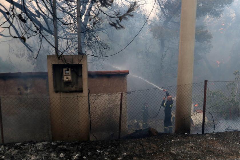 Κόλαση φωτιάς στον Κάλαμο - Καίγονται σπίτια