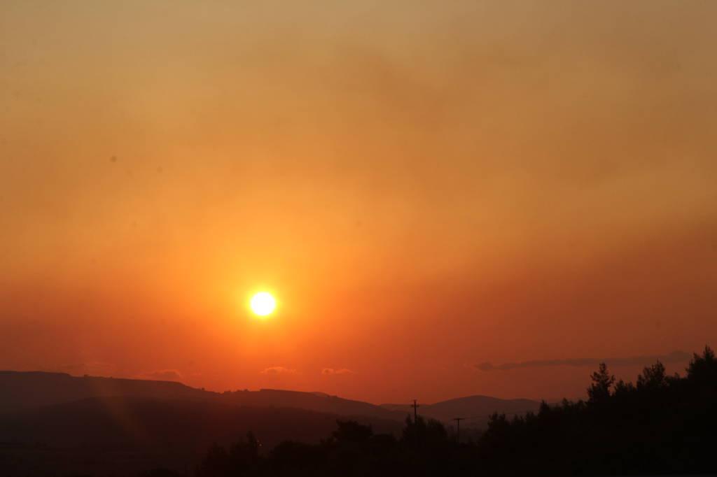 Πύρινος όλεθρος σε Βαρνάβα, Καπανδρίτι και Κάλαμο: Η φωτιά δεν αφήνει τίποτα όρθιο
