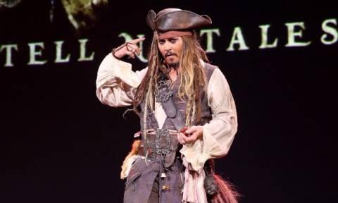 Ο Τζόνι Ντεπ ως Τζακ Σπάροου εμψυχώνει άρρωστα παιδιά (pics)
