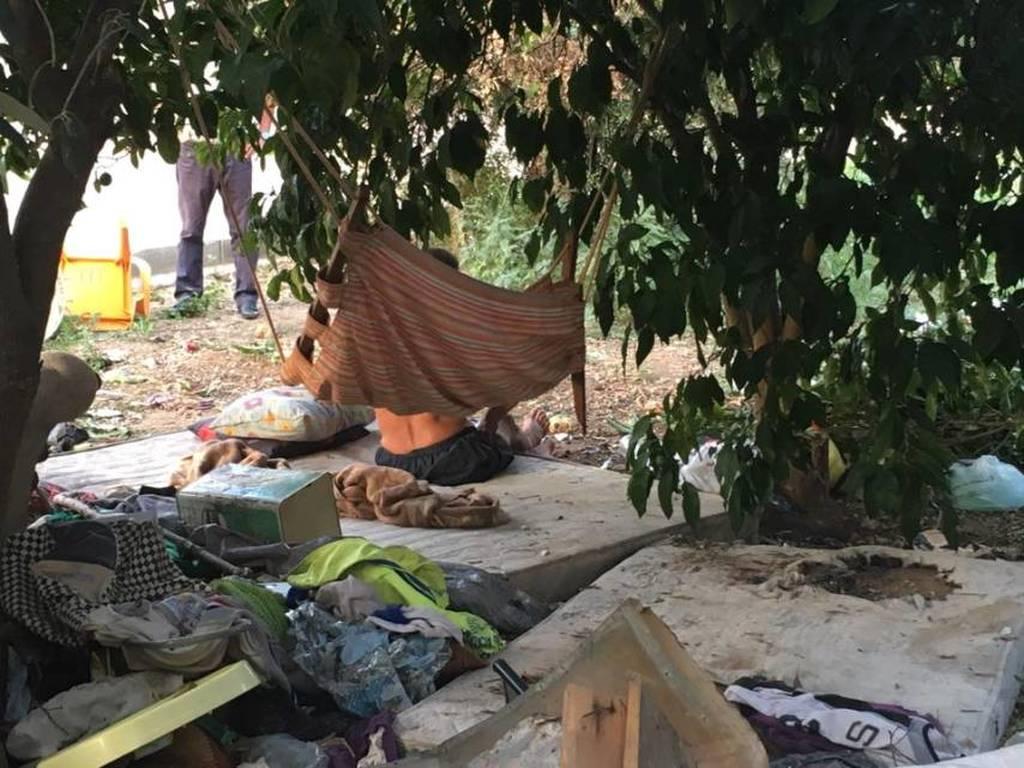 Εικόνες σοκ: Μόνος κι αβοήθητος μένει στο... δρόμο, σε άθλιες συνθήκες!