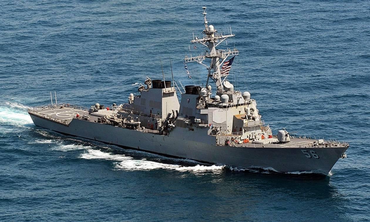 Δέκα ναυτικοί αγνοούνται από τη σύγκρουση αντιτορπιλικού με δεξαμενόπλοιο