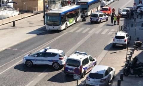 Αυτοκίνητο έπεσε σε στάσεις λεωφορείων στη Μασσαλία - Μία γυναίκα νεκρή (pics & vids)