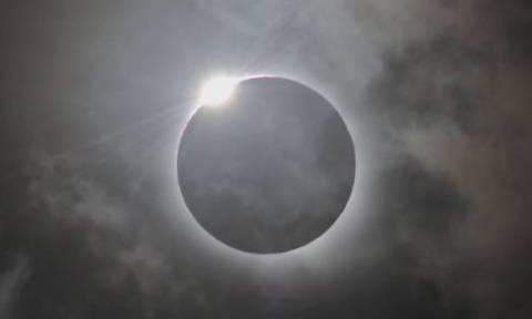 Φρενίτιδα για την ολική έκλειψη ηλίου - Δείτε LIVE εικόνα!