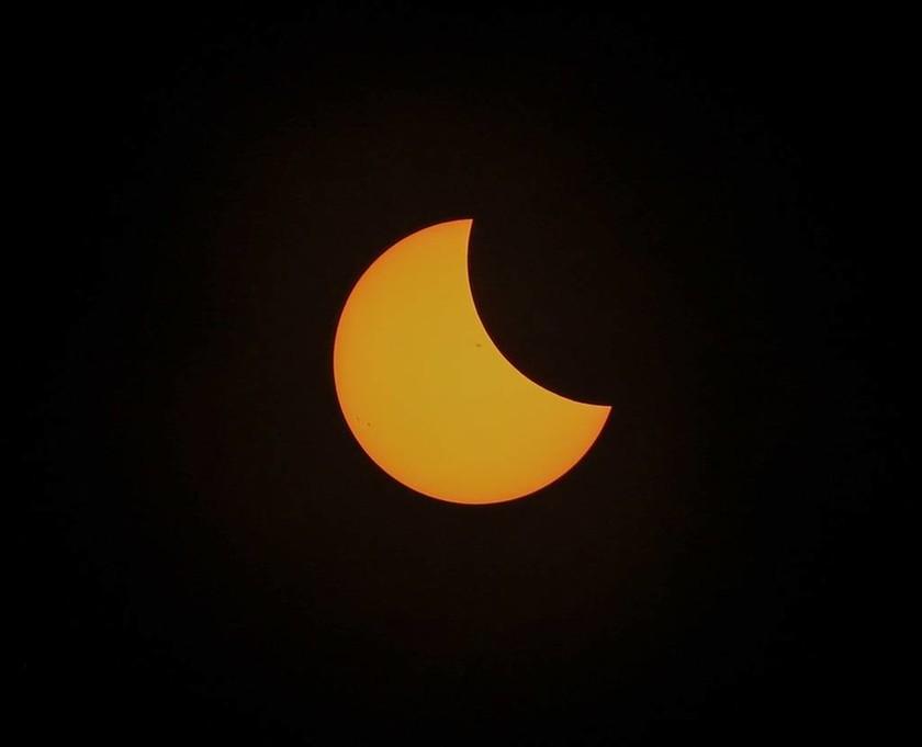 Ολική έκλειψη ηλίου: Οι πρώτες φωτογραφίες από το εντυπωσιακό φαινόμενο