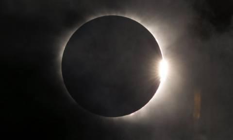 Εικόνες που κόβουν την ανάσα από την εντυπωσιακή ολική έκλειψη ηλίου (pics & vid)