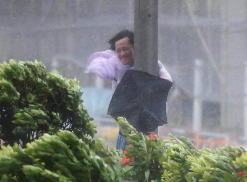 Ο τυφώνας Χάτο «σαρώνει» την Κίνα - Συγκλονιστικές εικόνες