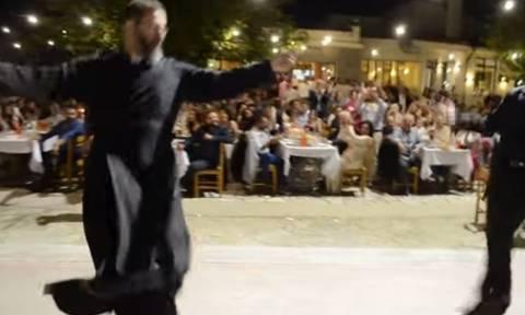 Λεβεντιά: Ο Κρητικός ιερέας που συγκλόνισε με το χορό του (vid)