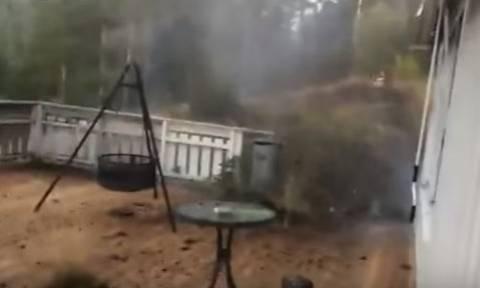 Τρομακτικό: Βιντεοσκοπούσε τη βροχή και ένας κεραυνός έπεσε δίπλα του! (vid)