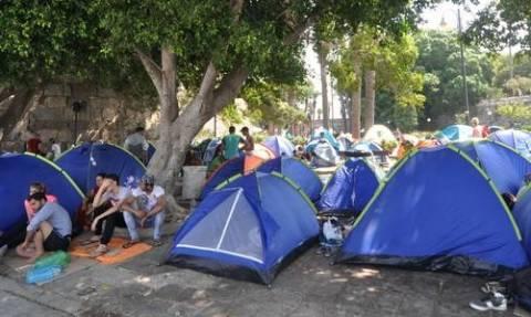 Guardian: Ευρωπαϊκά κράτη στέλνουν πίσω στην Αθήνα πρόσφυγες – Μουζάλας: Δεν ξέρουμε πού θα πάνε