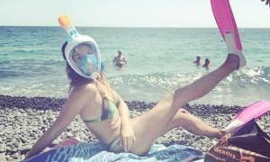 Ποια Ελληνίδα σεξοβόμβα ετοιμάζεται για βουτιές φορώντας μάσκα και βατραχοπέδιλα;