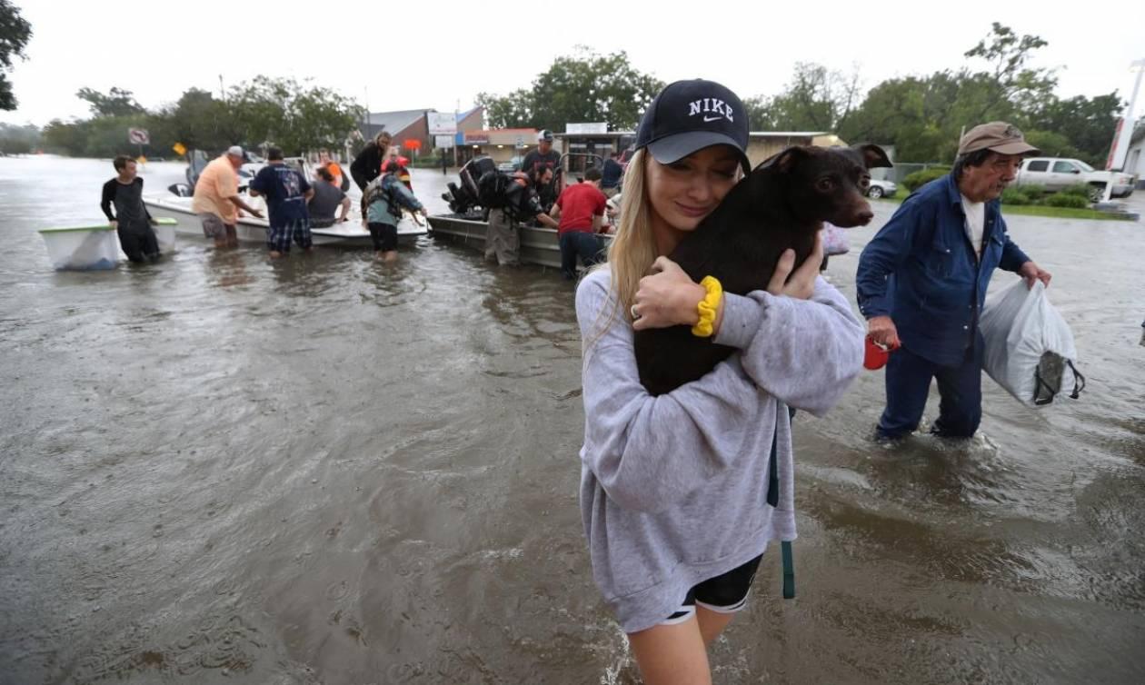 Καταιγίδα Χάρβεϊ: Εικόνες αποκάλυψης στο Τέξας – Νέοι ανεμοστρόβιλοι θα χτυπήσουν το Χιούστον (Vids)