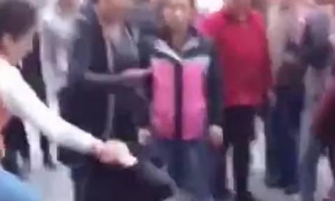 Απίστευτες σκηνές: Έγδυσε και έδειρε την ερωμένη του άνδρα της στη μέση του δρόμου!