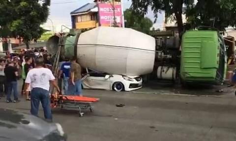 Βίντεο σοκ: Μπετονιέρα πλάκωσε αυτοκίνητο με πενταμελή οικογένεια (ΣΚΛΗΡΕΣ ΕΙΚΟΝΕΣ)