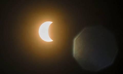 Απίστευτο: Έβαλαν... αντηλιακό στα μάτια τους για προστατευτούν από την έκλειψη ηλίου!