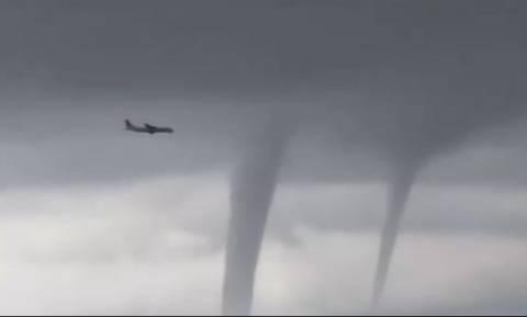 Εντυπωσιακό βίντεο: Η στιγμή που αεροπλάνο περνά δίπλα από τρεις υδροστρόβιλους!