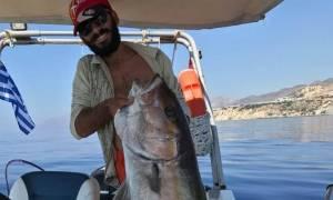 Απίστευτη ψαριά για… αγρότη στο Ηράκλειο! Ψάρεψε μαγιάτικο 30 κιλών με καλάμι (pics&vid)
