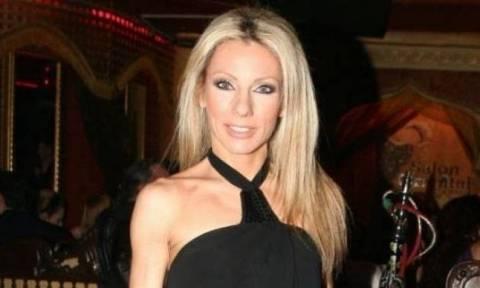 Έλενα Τσαβαλιά: Ποζάρει με μικροσκοπικό μπικίνι στη Σαντορίνη και… κολάζει!