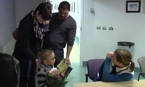 Οταν γεννήθηκε κινδύνεψε να πεθάνει! Τέσσερα χρόνια μετά επισκέφτηκε τη νοσοκόμα που τον έσωσε (vid)