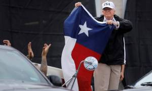 Κοντά στα θύματα του Χάρβεϊ σε Τέξας και Λουιζιάνα ο Ντόναλντ Τραμπ