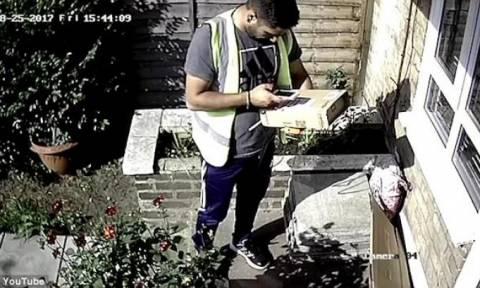 Κρυφή κάμερα... τσάκωσε ταχυδρόμο να κάνει την ανάγκη του σε κήπο πελάτη (video)
