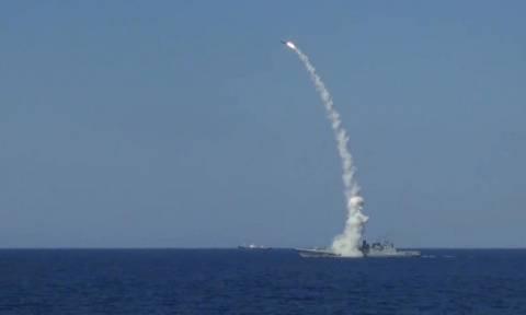 Φωτιά και μέταλλο: Η ρωσική φρεγάτα Ναύαρχος Έσεν βομβαρδίζει τον ISIS στη Συρία (Vid)
