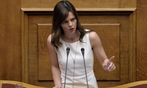 Χαμός στη Βουλή: «Αρπάχτηκαν» Αχτσιόγλου – Λοβέρδος