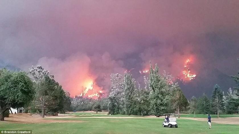 Απίστευτες φωτογραφίες: Συνέχιζαν να παίζουν γκολφ εν μέσω πύρινης κόλασης (pics)