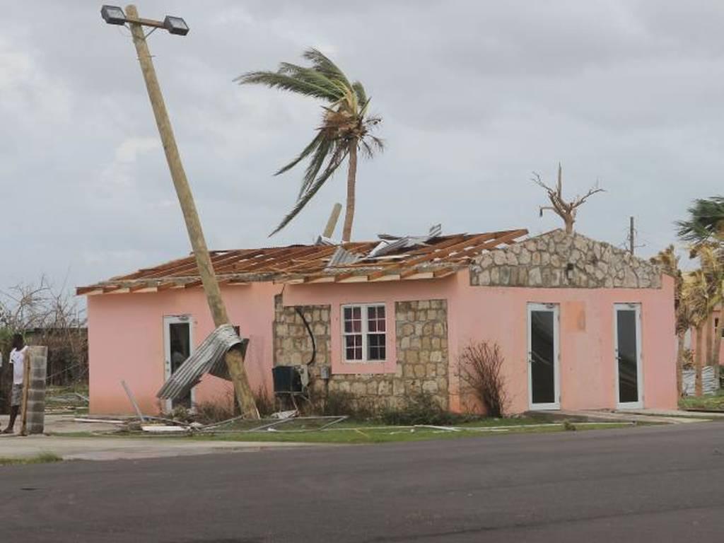 Ίρμα: Τοπίο θανάτου καταστροφής αφήνει πίσω του ο κυκλώνας καθώς κινείται προς τη Φλόριντα (Pics)