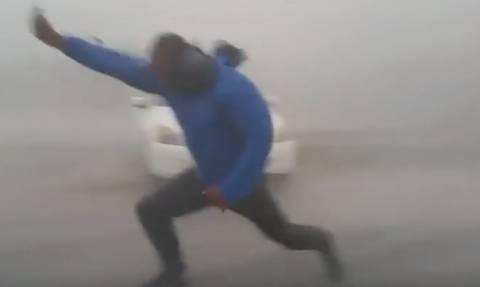 Σοκ: Μετεωρολόγος ρισκάρει τη ζωή του για να μετρήσει την ένταση των ανέμων του τυφώνα Ιρμα (video)