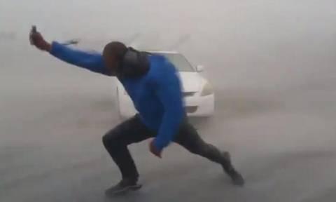 Συγκλονιστικό βίντεο: Δείτε πως είναι να περπατάς σε συνθήκες τυφώνα που «τρέχει» με 190 χλμ/ω