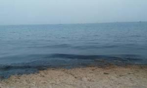 Φρίκη στο Σαρωνικό: Μαύρισαν οι παραλίες της Σαλαμίνας μετά τη βύθιση του δεξαμενόπλοιου
