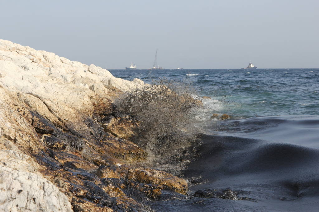 Ποιος είναι ο ιδιοκτήτης του πλοίου που μόλυνε με τόνους μαζούτ τη Σαλαμίνα; (pics)