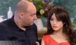 Σοκ: Πήγε σε εκπομπή με τη σύζυγό του και την... κούκλα του σεξ, με την οποία έκαναν... (video)